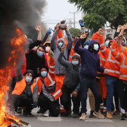 Chile, Iquique: Los trabajadores portuarios gritan consignas y se atrincheran durante una protesta por el pago anticipado de una pensión debido a la pandemia del coronavirus. | Foto:Paola Santibanez / Agencia Uno / DPA