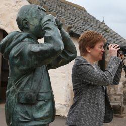 El primer ministro escocés y líder del Partido Nacional Escocés (SNP) Nicola Sturgeon mira a través de unos binoculares durante una visita a North Berwick Town mientras hace campaña para las elecciones parlamentarias escocesas. | Foto:Andrew Milligan / PA Wire / DPA
