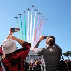 Italia, Roma: la gente observa el sobrevuelo del equipo acrobático de la Fuerza Aérea Italiana Frecce Tricolori sobre la Piazza Venezia durante las celebraciones del Día de la Liberación de Italia. | Foto:Mauro Scrobogna / LaPresse vía ZUMA Press / DPA