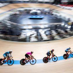 Los ciclistas compiten durante un evento de prueba de ciclismo en pista antes de los Juegos Olímpicos y Paralímpicos de Tokio 2020 en el velódromo de Izu en Izu, prefectura de Shizuoka. | Foto:Charly Triballeau / AFP