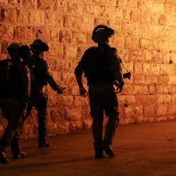 Las fuerzas de seguridad israelíes dispersan a los manifestantes palestinos frente a la Puerta de Damasco en la Ciudad Vieja de Jerusalén, en medio de crecientes tensiones por la prohibición de reuniones y la ira alimentada por videos publicados de ataques a jóvenes. | Foto:Ahmad Gharabli / AFP