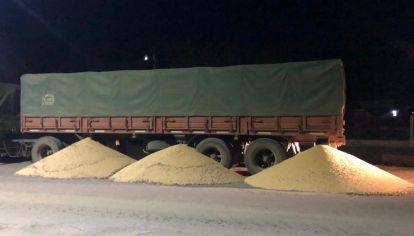 Los camioneros descargan la soja que transportan los que no adhieren a la medida de fuerza.