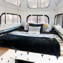 El camper cuenta con un segundo piso, donde se ubica una cama de dos plazas.