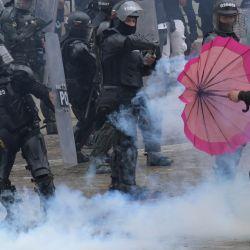Manifestantes chocan con la policía durante una manifestación contra la reforma tributaria propuesta por el presidente colombiano Iván Duque, en Bogotá. | Foto:Raúl Arboleda / AFP