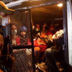 Un agente de la Patrulla Fronteriza de Estados Unidos carga a inmigrantes en una camioneta de transporte después de que cruzaron el Río Grande desde México en Roma, Texas. Una oleada de inmigrantes en su mayoría centroamericanos que cruzan a los Estados Unidos, incluido un número récord de niños, ha desafiado a las agencias de inmigración estadounidenses a lo largo de la frontera sur de los Estados Unidos. | Foto:John Moore / Getty Images / AFP