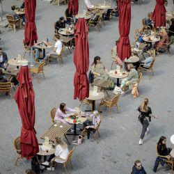 Los clientes disfrutan de bebidas en una terraza en la plaza Neude en Utrecht, Holanda Occidental. - Los cafés y bares reabren para atender a los clientes en el exterior mientras el gobierno holandés alivia las restricciones de Covid, incluido un toque de queda nocturno. | Foto:Robin Van Lonkhuijsen / ANP / AFP