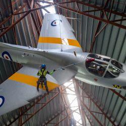 Operadores especializados en el Royal Air Force Museum Cosford, limpian el avión Hawker Hunter que se exhibe dentro de la Exposición Nacional de la Guerra Fría del museo, como parte de la limpieza y mantenimiento anual de alto nivel de aviones. | Foto:Jacob King / PA Wire / DPA
