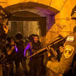 Israel, Jerusalén: las fuerzas de seguridad israelíes montan guardia durante una protesta en la Ciudad Vieja de Jerusalén. Los militantes palestinos dispararon varios cohetes contra áreas israelíes en la Franja de Gaza en respuesta a los enfrentamientos durante la noche en Jerusalén Este. | Foto:Ilia Yefimovich / DPA