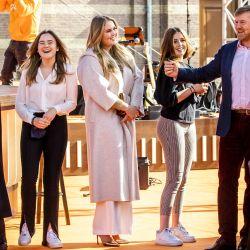 El rey Willem-Alexander y la Reina Máxima de los Países Bajos, junto con sus tres hijas, princesas Amalia, Alexia y Ariane asisten a los ensayos de la banda de pop holandesa 'The Streamers' como parte del Día del Rey en La Haya. | Foto:Sem van der Wal / ANP / AFP