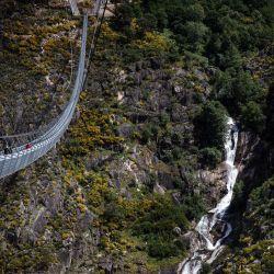 Una vista aérea muestra el puente 516 Arouca, el puente colgante peatonal más largo del mundo con una longitud de 516 metros y una altura de 175 metros, en Arouca, en el norte de Portugal. | Foto:Carlos Costa / AFP