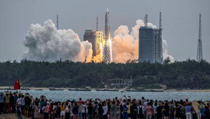 Personas observan el lanzamiento del primer módulo de la futura estación espacial.