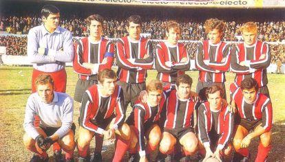 Chacarita Juniors con su camiseta tradicional, roja, blanca y negra, el día que goleó a River Plate 4 a 1 y salió campeón Metropolitano 1969