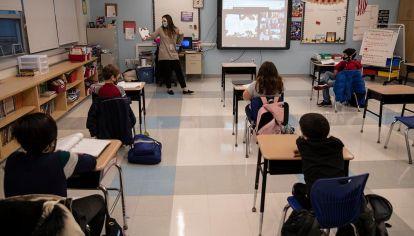 chicos en clases presenciales  y virtuales y de la legislatura porteña