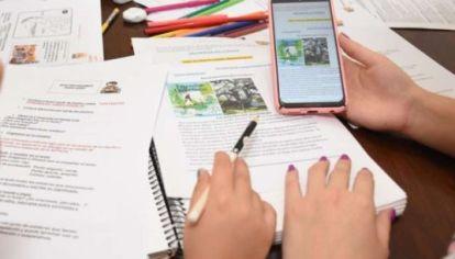 Alumnos aprenden con celulares en barrios populares