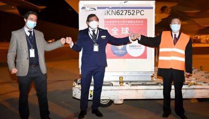 La Conmebol, el gobierno uruguayo y el embajador chino en ese país, ayer en la llegada de las dosis de Sinovac.