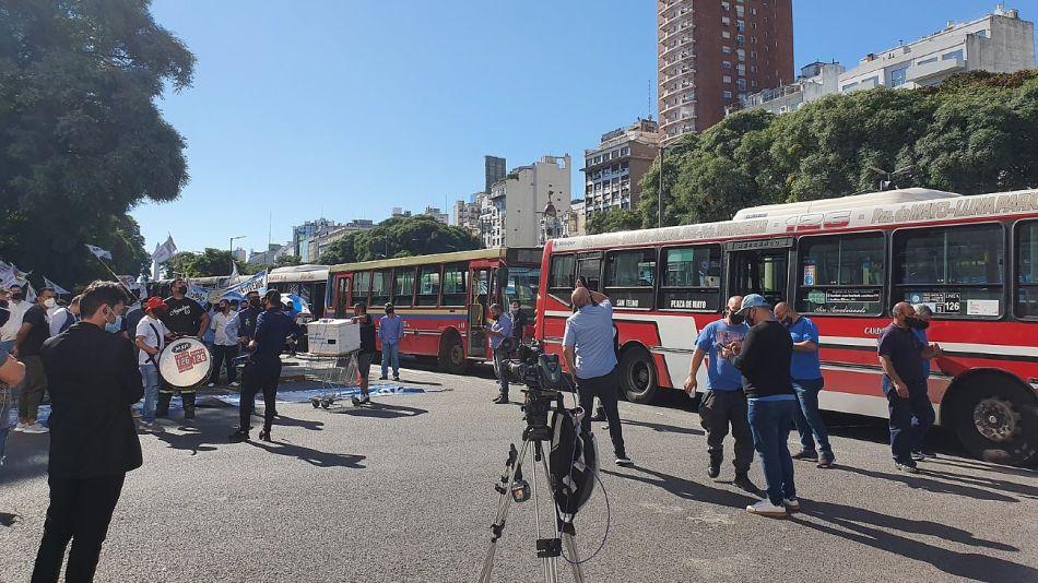 Los colectivos en la 9 de Julio, en la protesta para reclamar vacunas como trabajadores esenciales.
