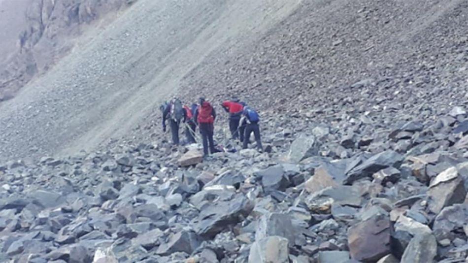 Rescatan los cuerpos en el cerro El Plata 20210429