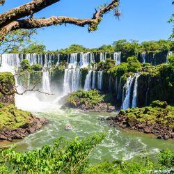 Las Cataratas del Iguazú adquieren tonalidades doradas y rojizas durante el otoño y la convierten en el momento ideal para visitar la ciudad.