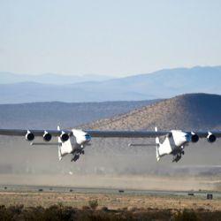 Esta particular aeronave tiene dos fuselajes de 72 metros cada uno, seis motores turbohélice y una envergadura de 117 metros.