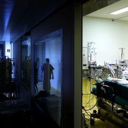 Una enfermera atiende a un paciente con Covid-19 en una denominada Cama Rotacional en la unidad de cuidados intensivos Covid-19 del hospital comunitario (Klinikum Magdeburg) en Magdeburgo, en el este de Alemania, en medio del nuevo coronavirus COVID -19. | Foto:Ronny Hartmann / AFP