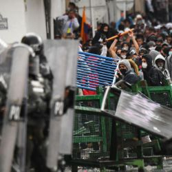 Manifestantes chocan con la policía durante una manifestación contra la reforma tributaria propuesta por el presidente colombiano Iván Duque, en Bogotá. | Foto:Juan Barreto / AFP