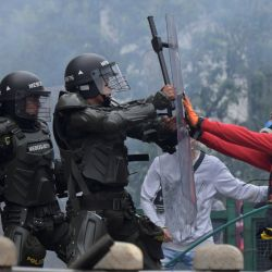 Manifestantes chocan con la policía durante una manifestación contra la reforma tributaria propuesta por el presidente colombiano Iván Duque, en Bogotá.   Foto:Raúl Arboleda / AFP