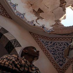 Un musulmán etíope se encuentra dentro de un mausoleo dañado en la mezquita al-Nejashi, una de las más antiguas de África y supuestamente dañada por los bombardeos de las fuerzas eritreas, en Negash, al norte de Wukro.   Foto:Eduardo Soteras / AFP