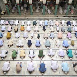 India, Prayagraj: los hombres musulmanes ofrecen la oración del viernes en la mezquita Washi Ullah durante el mes de ayuno sagrado musulmán del Ramadán.   Foto:Prabhat Kumar Verma / ZUMA Wire / DPA