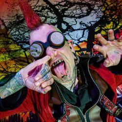 Wookey Hole, el artista de la compañía de gira Circus of Horrors, Hannibal, se pone el dedo en la nariz durante una sesión de entrenamiento y ensayo en preparación para el regreso de las presentaciones en vivo.   Foto:Ben Birchall / PA Wire / DPA