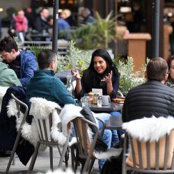 La gente come y bebe mientras está sentada en las mesas afuera de un restaurante a la hora del almuerzo en la City de Londres. - Gran Bretaña ha sido el país europeo más afectado por el virus, registrando más de 127,000 muertes, aunque lanzó un exitoso campaña de vacunación masiva a principios de diciembre, utilizando las vacunas AstraZeneca, Pfizer / BioNTech y Moderna.   Foto:Daniel Leal-Olivas / AFP