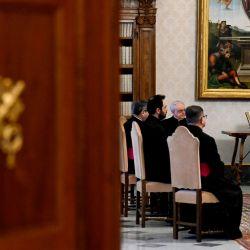 Esta fotografía muestra al Papa Francisco rezando durante una audiencia privada semanal transmitida en vivo en la biblioteca del palacio apostólico, en el Vaticano. | Foto:FOLLETO / VATICAN MEDIA / AFP