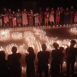 Esta fotografía de Kachin Waves entregada a la AFP muestra a personas que participan en una protesta a la luz de las velas durante una manifestación contra el golpe militar en el municipio de Hpakant en el estado de Kachin, en el norte de Myanmar.   Foto:Handout / Kachin Waves / AFP