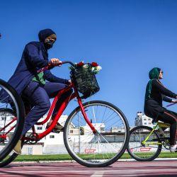 Mujeres palestinas andan en bicicleta en el estadio Yarmouk en la ciudad de Gaza. | Foto:Mohammed Abed / AFP