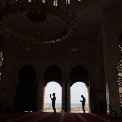 Los fieles musulmanes rezan en la mezquita Al-Khaledi de la ciudad de Gaza, el tercer viernes del mes sagrado del Ramadán, que los musulmanes creen que es el mes en que el libro sagrado fue revelado por primera vez al profeta Mahoma. | Foto:Mohammed Abed / AFP