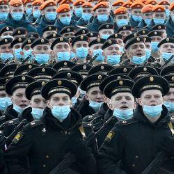 Los militares rusos participan en un ensayo para el desfile militar del Día de la Victoria en San Petersburgo.   Foto:Olga Maltseva / AFP