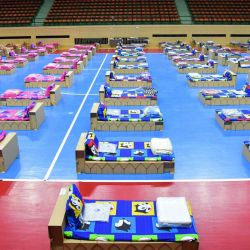 Esta foto muestra el nuevo centro de preadmisión equipado con 300 camas de cartón para pacientes con coronavirus Covid-19 en el estadio deportivo Nimibutr en Bangkok.   Foto:AFP