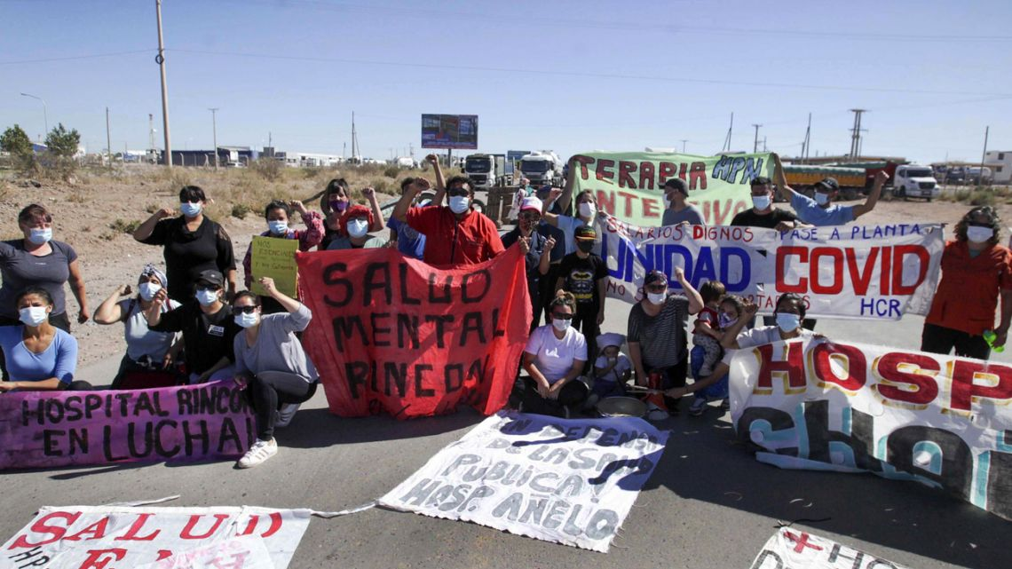 Protesters block roads in Neuquén Province.