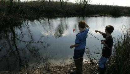 Niños pescando