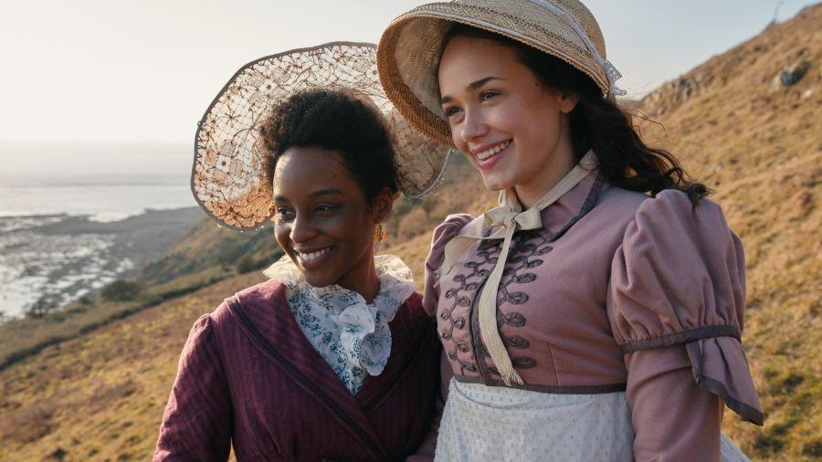 Charlotte Heywood (Rose Williams) es la joven hija de un granjero, ingenua pero culta.