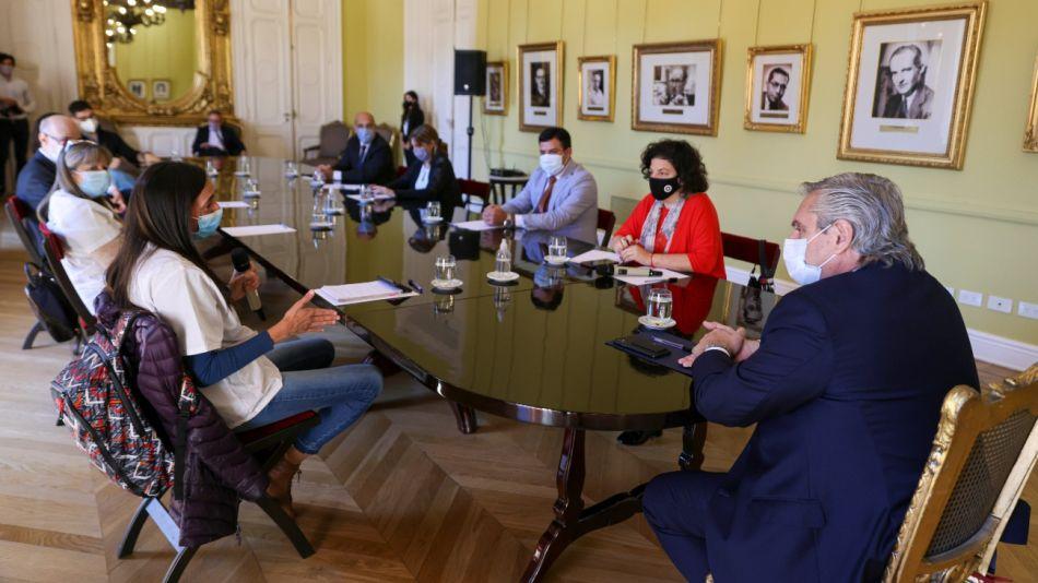 Alberto Fernández y Carla Vizzotti reunidos con especialistas de la salud.