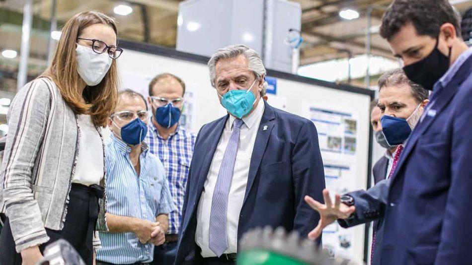 El presidente Alberto Fernández, en una visita a una fábrica de autopartes el año pasado en Tucumán.