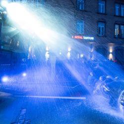 La policía utiliza un cañón de agua contra los manifestantes durante la    Foto:Boris Roessler / DPA