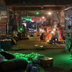 En la foto se ven a compradores y vendedores en un mercado de verduras en Dhaka.   Foto: Munir Uz Zaman / AFP