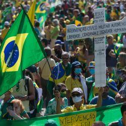Brasil, Río de Janeiro: Partidarios del presidente brasileño Jair Bolsonaro sostienen banderas durante una protesta cerca de la playa de Copacabana.   Foto:Fernando Souza / DPA
