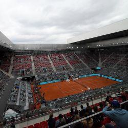 El sudafricano Lloyd Harris juega contra el búlgaro Grigor Dimitrov durante su partido de individuales del torneo ATP Tour Madrid Open 2021 en la Caja Mágica de Madrid.   Foto:Oscar Del Pozo / AFP