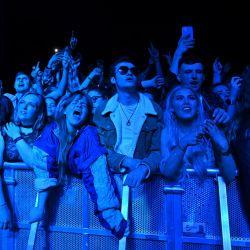 Los fanáticos ven a Blossom actuar en un concierto de música en vivo organizado por Festival Republic en Sefton Park en Liverpool, noroeste de Inglaterra, donde se espera que asista una multitud de 5,000 personas no distanciadas socialmente.   Foto:Paul Ellis / AFP