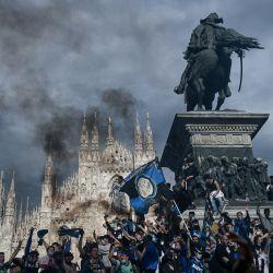 Los aficionados del FC Internazionale celebran en la Piazza Duomo de Milán, después de que su equipo ganara el título del Campeonato de la Serie A italiana. - El Inter de Milán se alzó con el título de la Serie A de fútbol por primera vez desde 2010 cuando su rival más cercano, Atalanta, empató 1-1 en Sassuolo.   Foto:Piero Cruciatti / AFP
