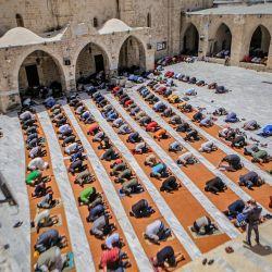 Territorios palestinos, Gaza: los hombres musulmanes mantienen la distancia social mientras ofrecen la oración del viernes en una mezquita durante el mes sagrado musulmán del Ramadán.   Foto:Abed Alrahman Alkahlout / Quds Net News a través de ZUMA Wire / DPA