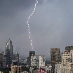 Los rayos caen sobre edificios durante una tormenta eléctrica en Bangkok.   Foto:Mladen Antonov / AFP