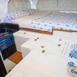 Encima de la cabina se encuentra la zona descanso, donde se ubica una cama para dos personas.